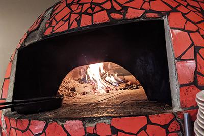 店主自作のお洒落な空間で石窯焼きの美味しいピザを堪能!